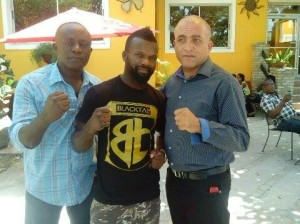 Gusner Glaude au milieu du commissaire d'Aquin et le président de la Fédération Haïtienne de boxe amateur, Pierre Eddy Daniel