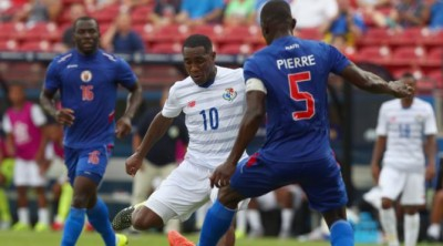 FRISCO, TX - JULY 07:  Luis Tejada #10 of Panama controls the ball against Jean Jacques Pierre #5 of Haiti during the 2015 CONCACAF Gold Cup Group A match between Panama and Haiti at Toyota Stadium on July 7, 2015 in Frisco, Texas.  (Photo by Tom Pennington/Getty Images)